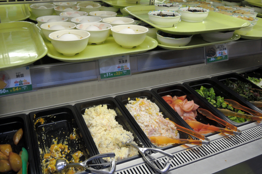 Harga makanan di Jepang - penyajian makanan di kantin kampus di Jepang.